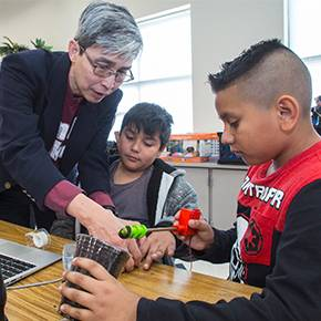 Viz prof's study introducing students to STEM fields