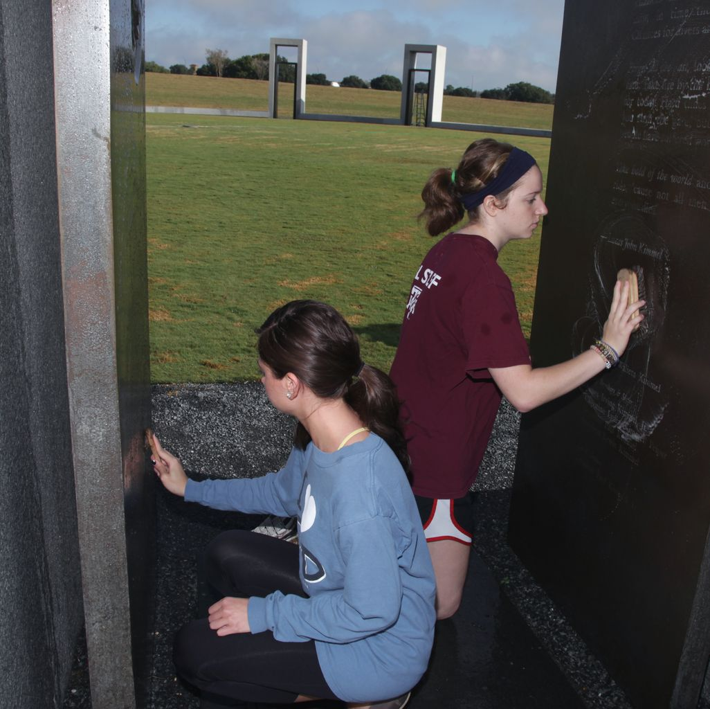 Students Clean Bonfire Memorial One Arch